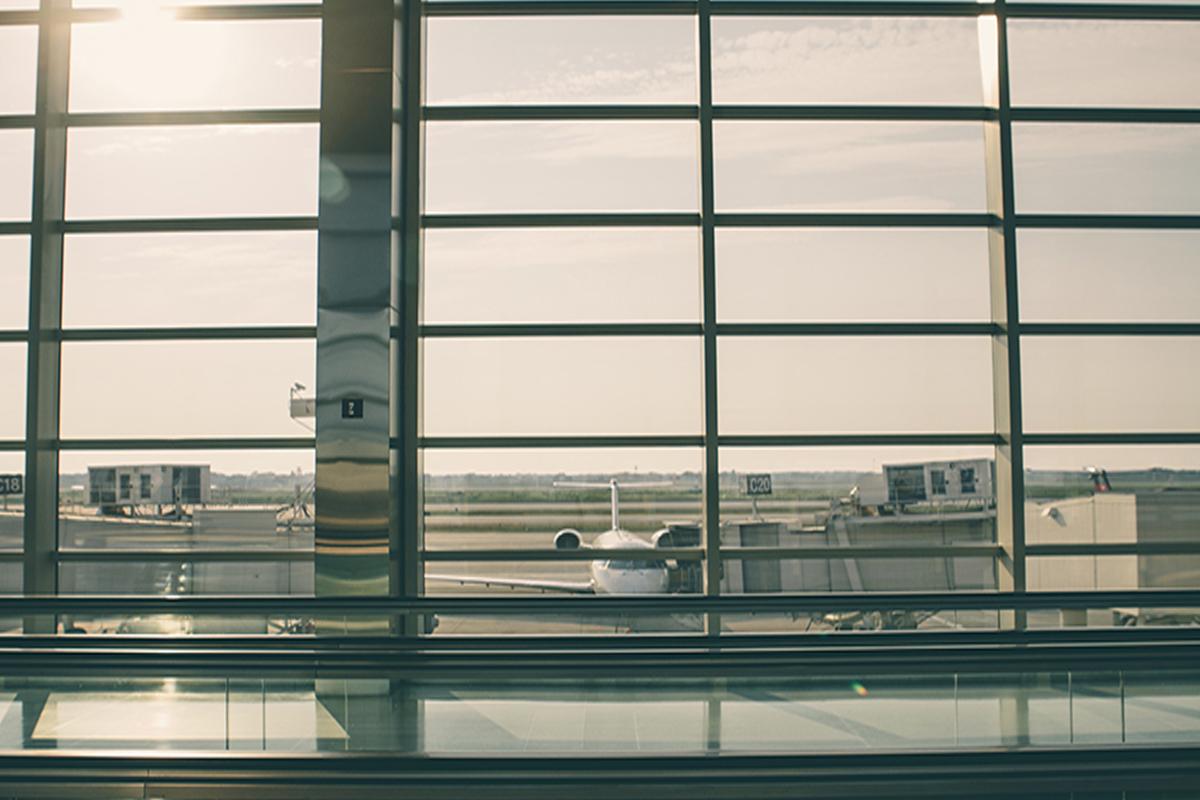 avión en pista. foto desde el aeropuerto