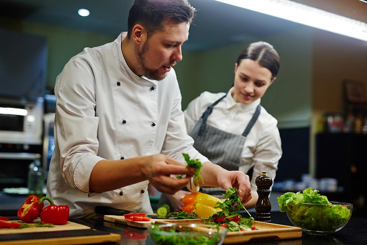 becarios en un restaurante. foto tomada para explicar el caso jordi cruz. foto de reclamador.es