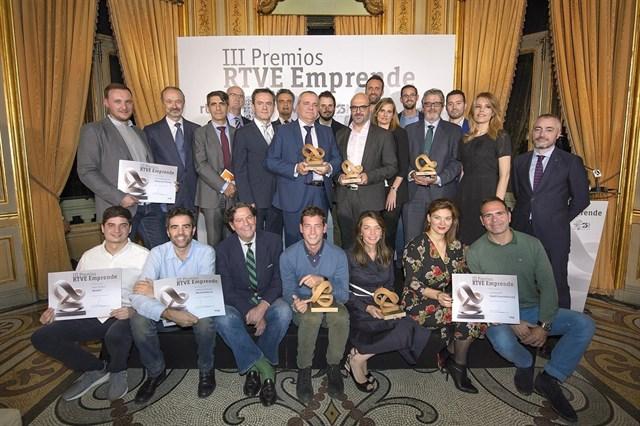Pablo Rabanal, CEO y fundador de reclamador.es con el resto de premiados en premios rtve emprende