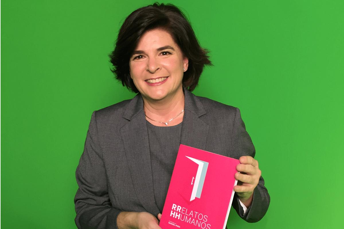 Rosa Allegue junto a su libro 'Relatos Humanos ¿Cómo ven los empleados y directivos las situaciones que suceden dentro de una empresa?'