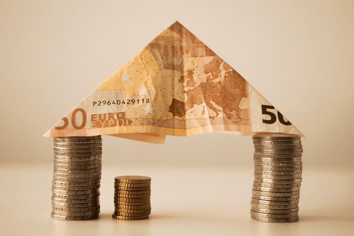 casita hecha con monedas y billetes