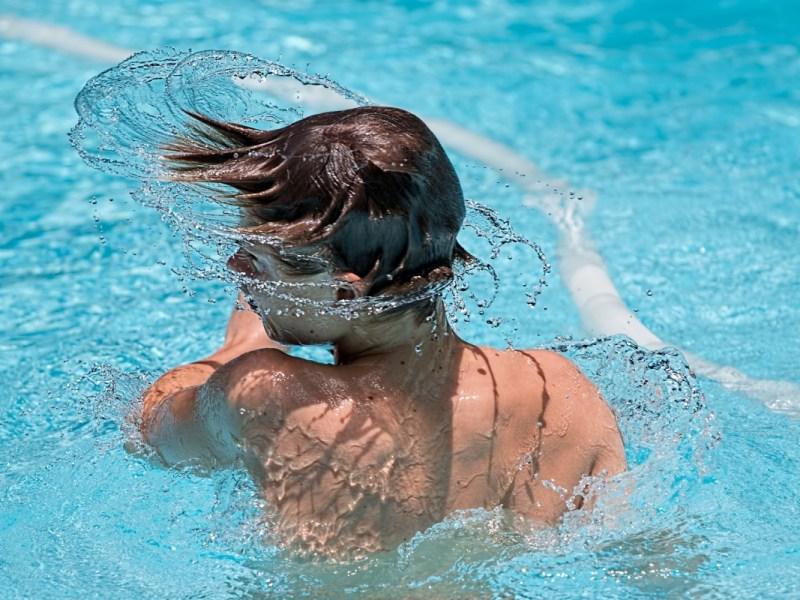 niño jugando en una piscina