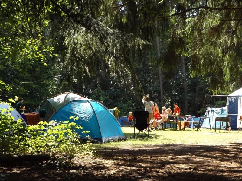 campamento de verano con tiendas de campaña
