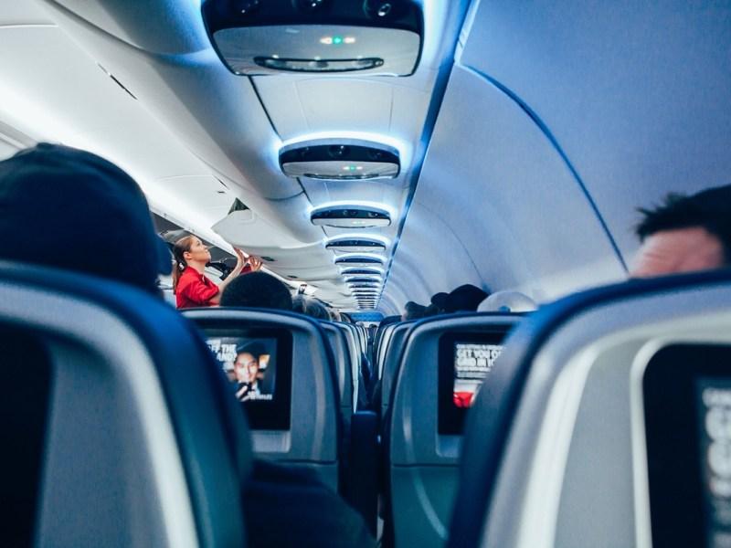 ¿Qué hacer durante un viaje largo en avión?