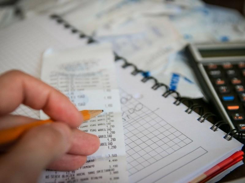 manos con un lápiz y una calculadora para calcular el paro