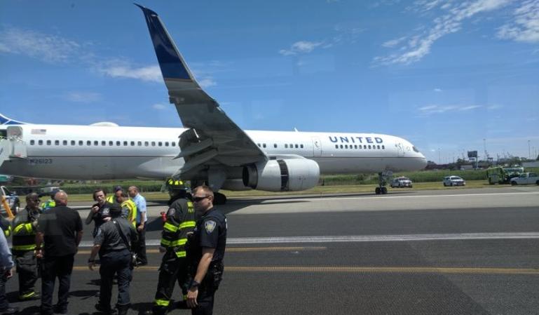Un avión de United  se sale de la pista al aterrizar