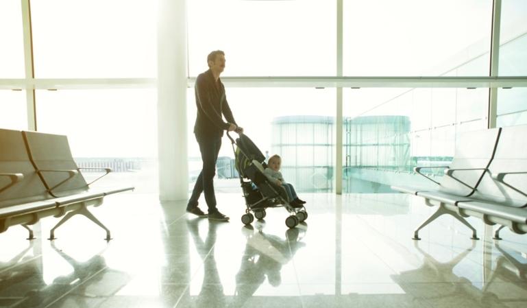 Cómo viajar en un avión con el carrito de bebé