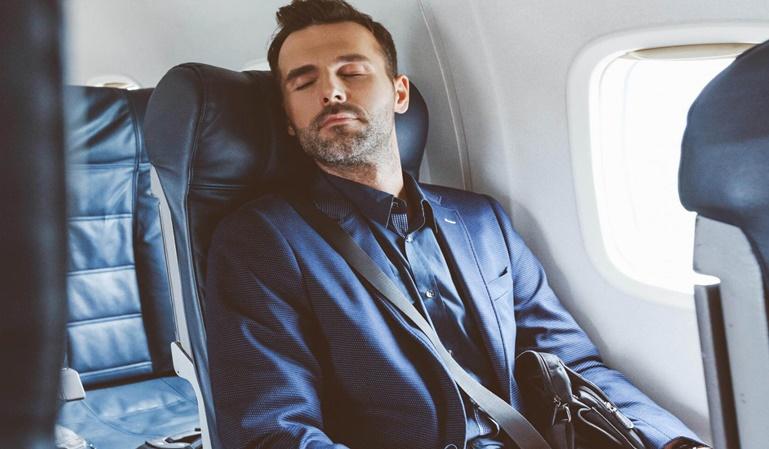 Cómo evitar que se hinchen las piernas en el avión