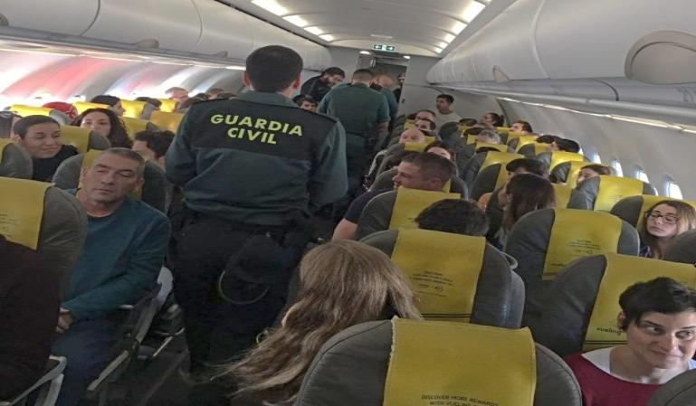 Un pasajero embarca a un avión con pasaporte falso