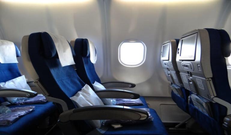 ¿Es correcto reclinar el asiento del avión?