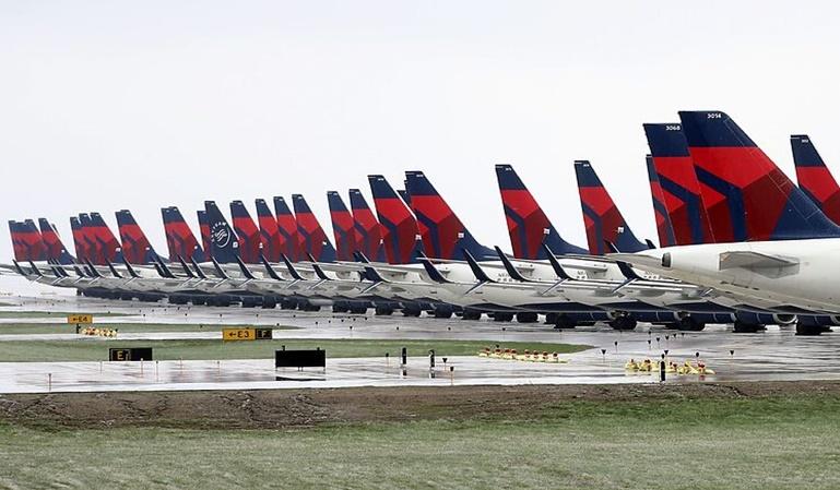 ¿Dónde se estacionan los aviones parados?