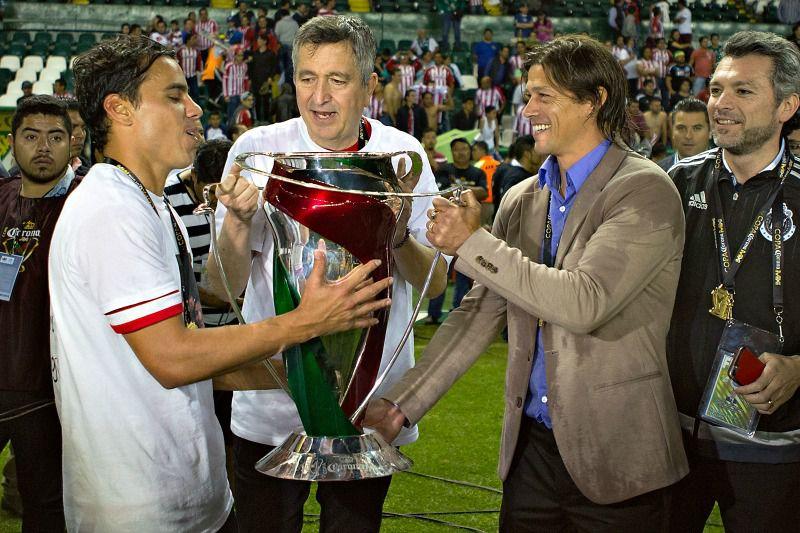 Rojiblancos celebran con el trofeo de la Copa MX