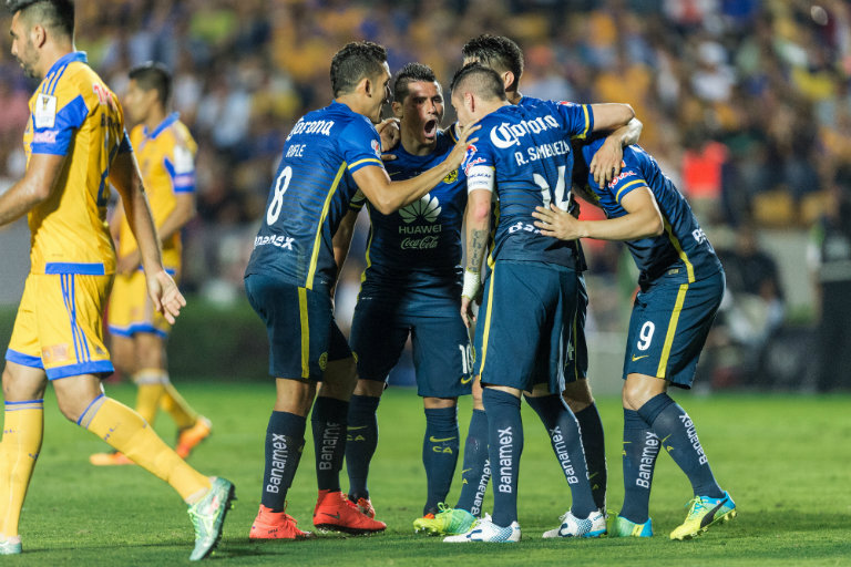 Futbolistas de América festejan anotación contra Tigres