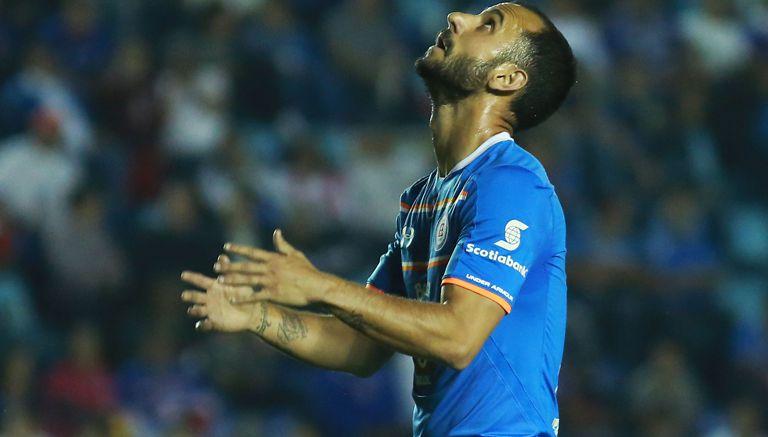 Víctor Vázquez se lamenta en juego con Cruz Azul