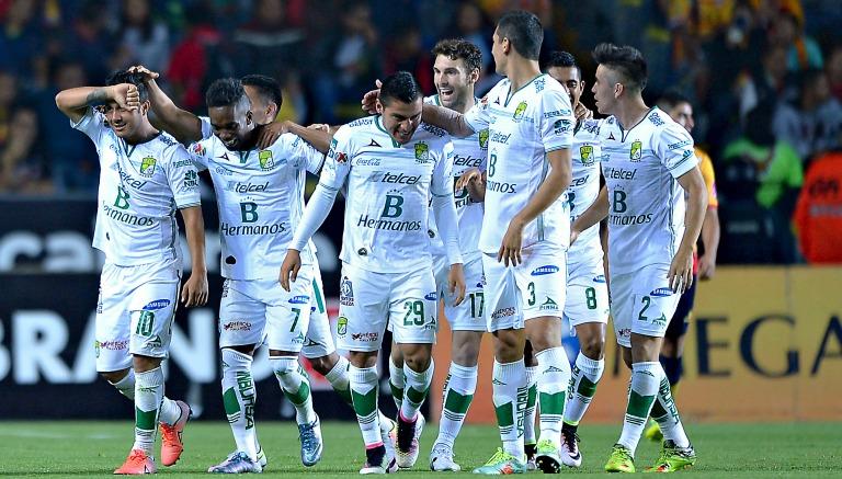 Montes festeja con sus compañeros su gol en el Morelos