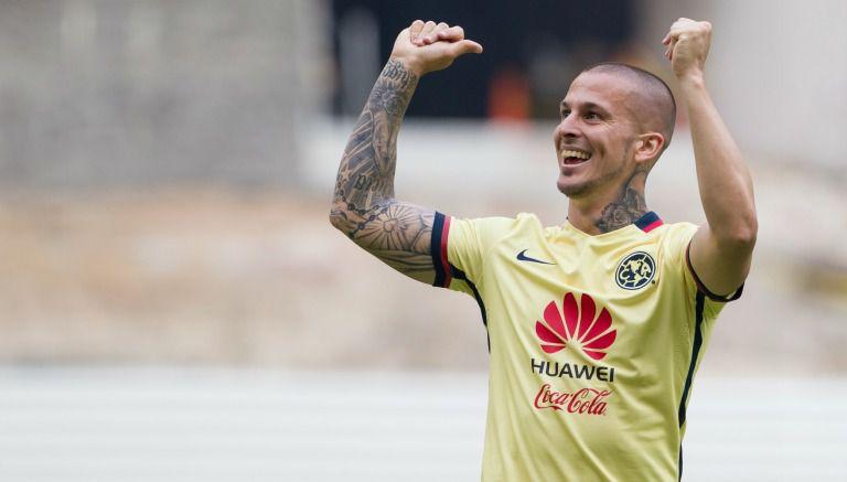 Darío Benedetto festeja un gol con América