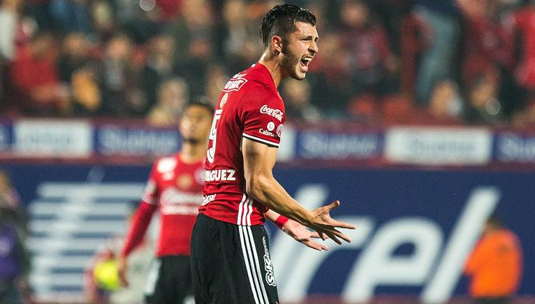 Guido Rodríguez reclama al árbitro
