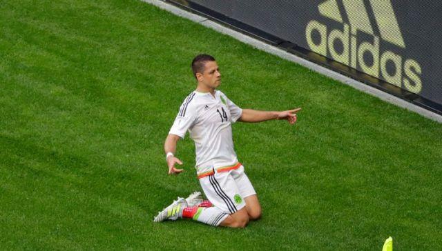 Chicharito celebra el gol de la igualada de México