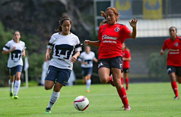 Dania Padilla y Erika Gutiérrez pelean el esférico en la J11
