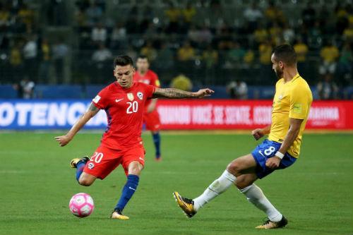 Pablo Hernández rematando un balón en el partido contra Brasil