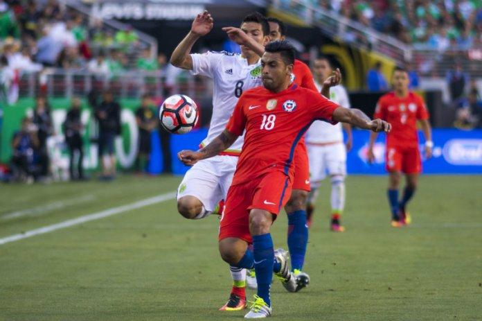 Gonzalo Jara plays a ball with Lozano