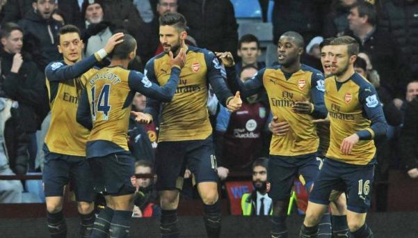 Giroud celebra con sus compañeros del Arsenal