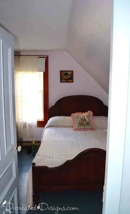 bedroom-slanted-ceiling-orr-farmhouse-hemmingford-quebec