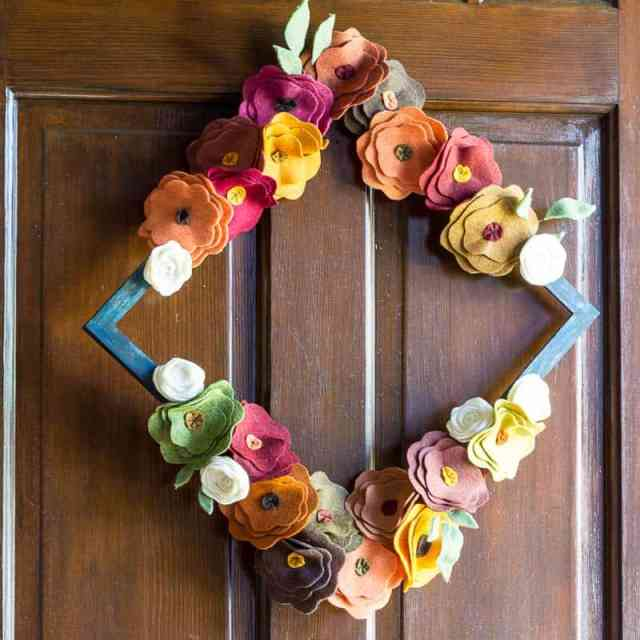 felt-flower-wreath-tutorial-on-wooden-door-diamond