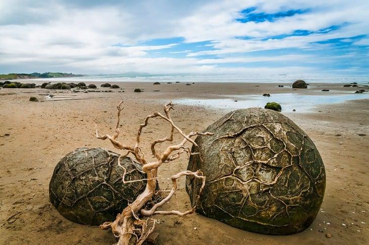 playa con rocas grandes