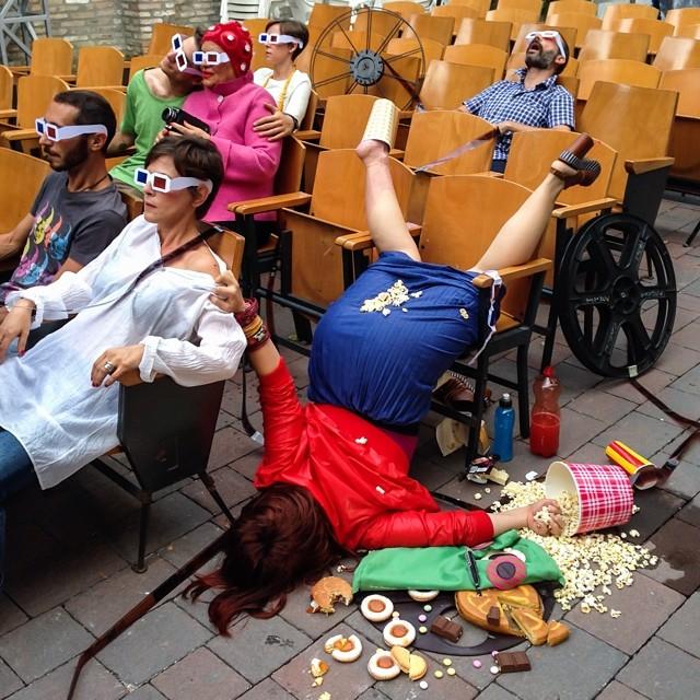 Personas cayendo de caras por culpa del materialismo