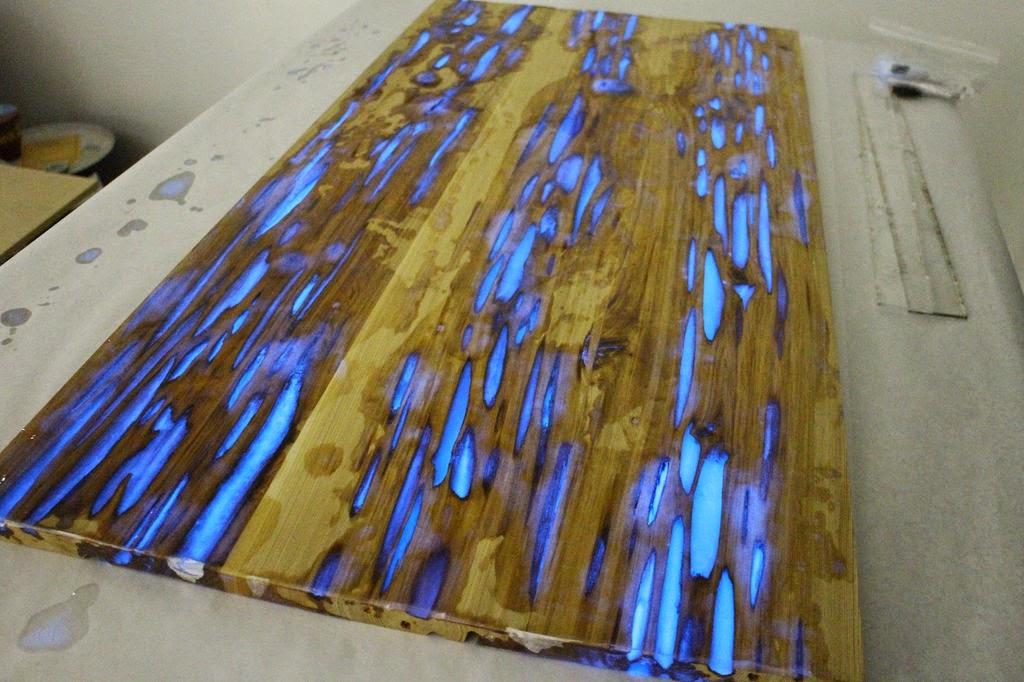 Un diseador muestra como hacer una mesa que brilla en la