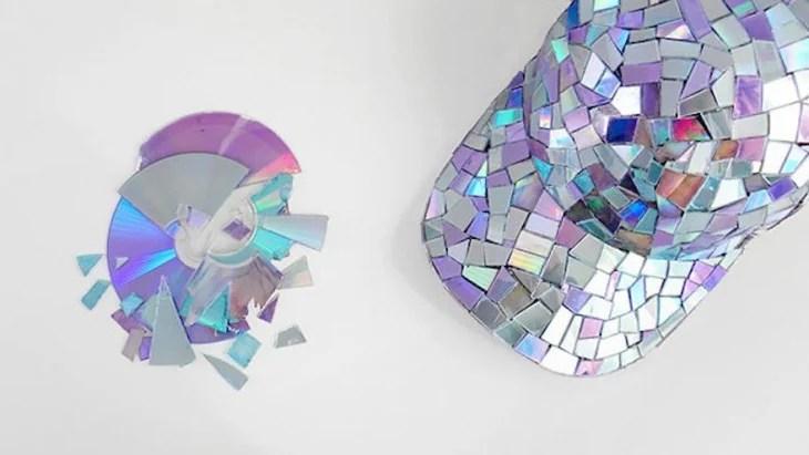 Gorra decorada con piezas de CDs