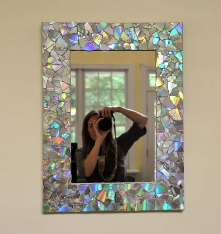 Contorno de un espejo decorado con piezas de CDs