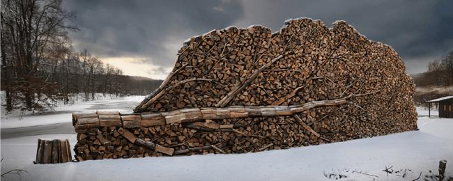 Obras de artes que las personas forman al apilar troncos