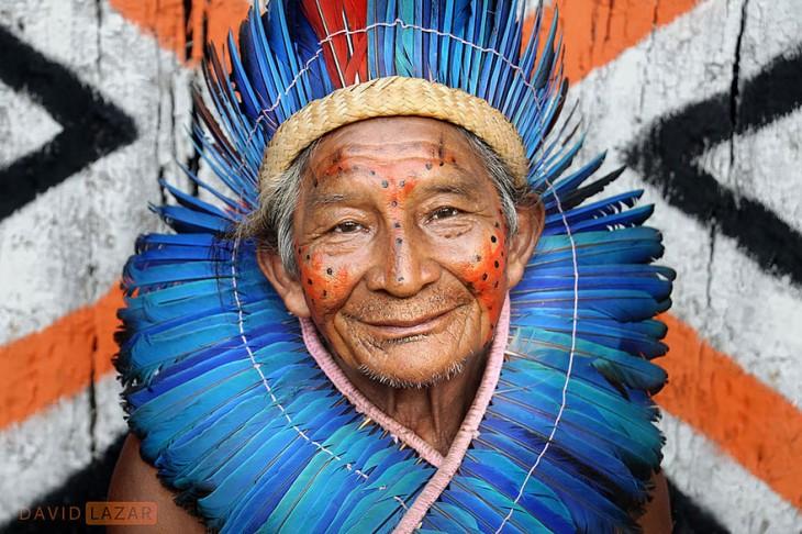 hombre de una tribu brasileña usando un penacho de plumas