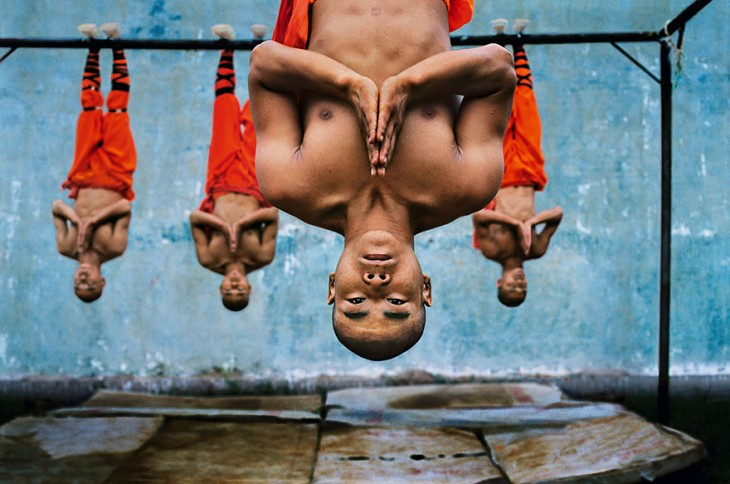 monjes shaolin en formación colgados de unas tablas