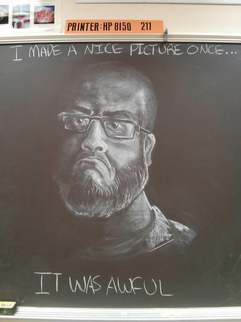 Maestro crea obras en la pizarra para inspirar a sus alumnos
