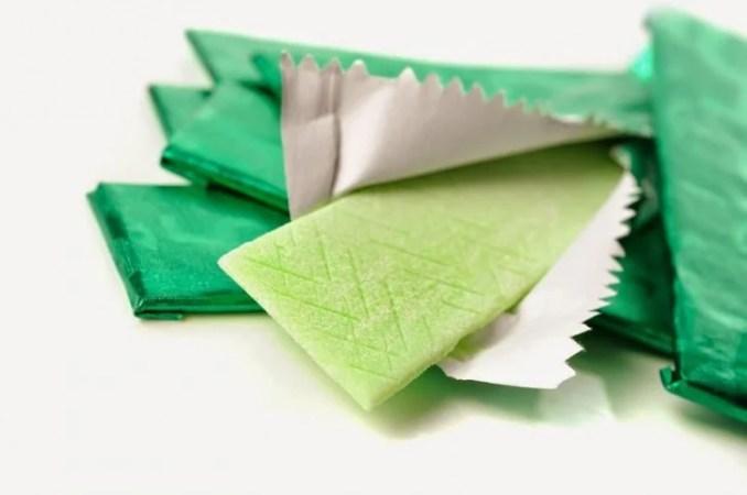 Chicles de color verde saliendo de su empaque