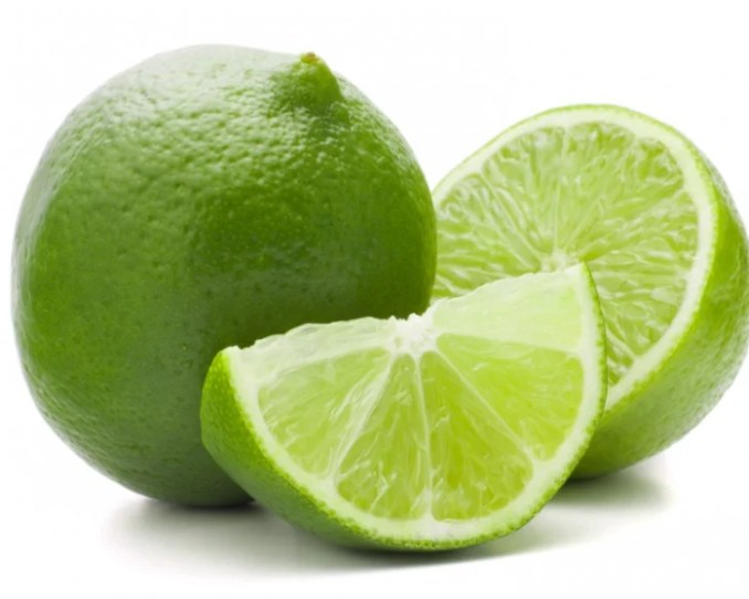 Limón junto a unas rodajas de limón