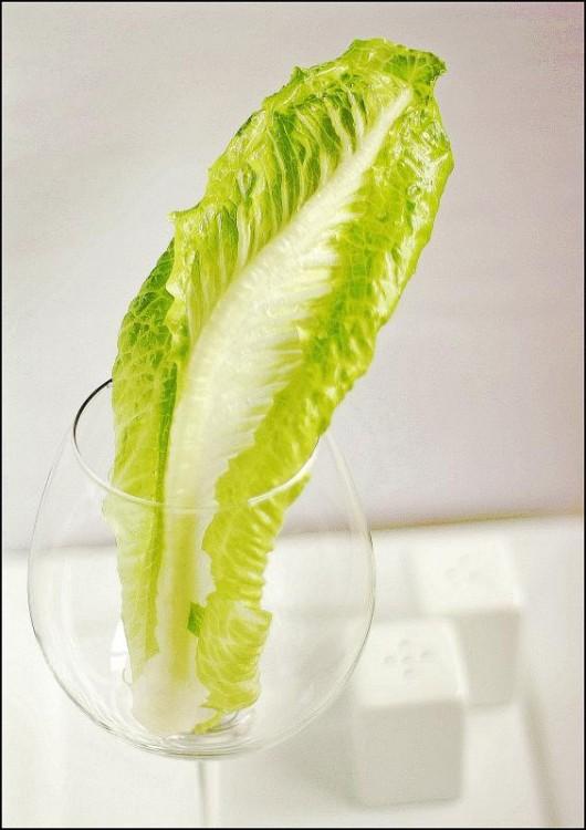 Hoja de repollo dentro de una copa de vidrio