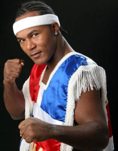Joan Guzmán es un boxeador profesional dominicano que fue campeón en las categorías peso supergallo y peso superpluma de la OMB.