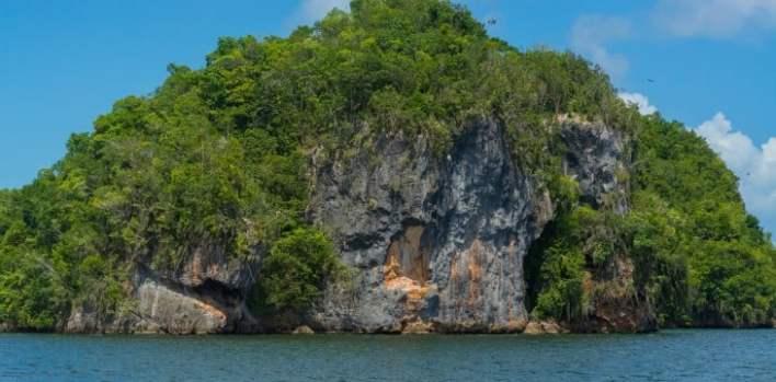 El Parque Nacional Los Haitises en la Bahía de la Samaná