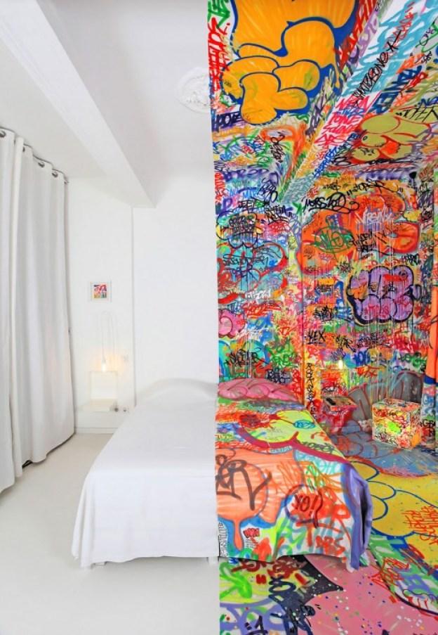 Fotografía de una habitación en Francia pintada la mitad blanca y la otra mitad con grafitis
