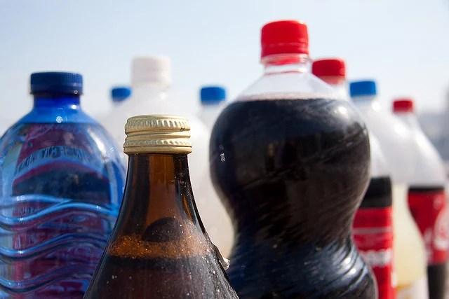 foto com muitas garrafas de diferentes tipos de bebidas