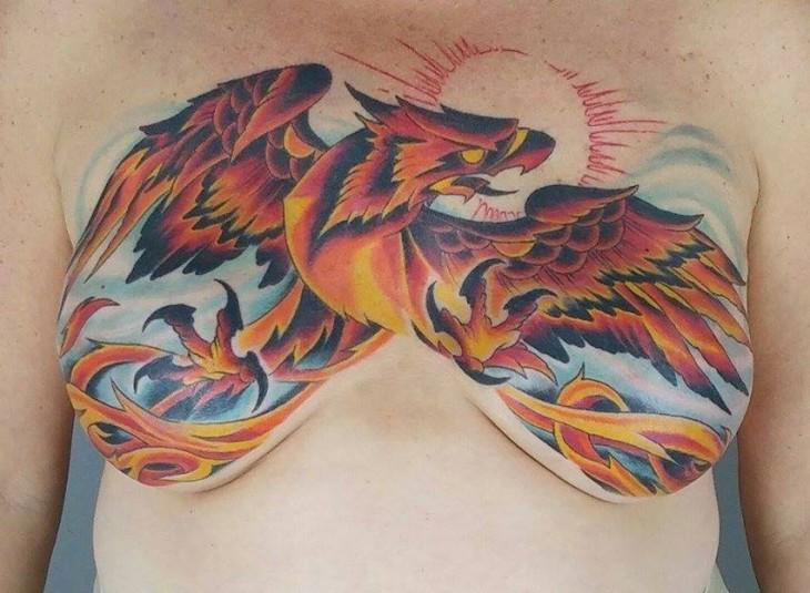Tatuaje del ave Fénix sobre el pecho de una mujer que sobrevivió al cáncer de mama