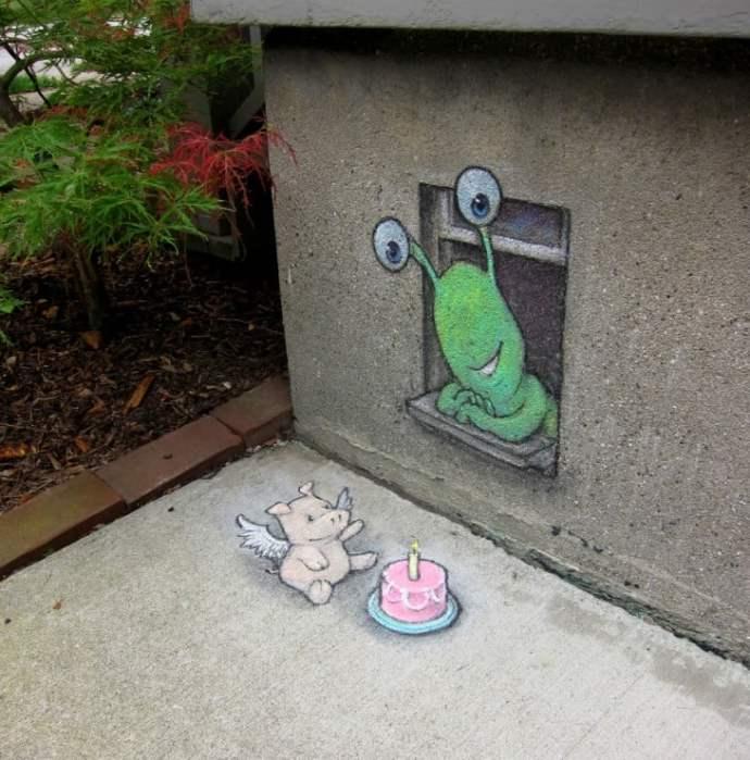 desenhos de giz interagindo com um banco e uma parede por David Zinn