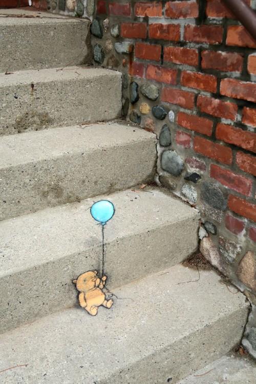 feito com desenho de giz de um urso com um balão na mão
