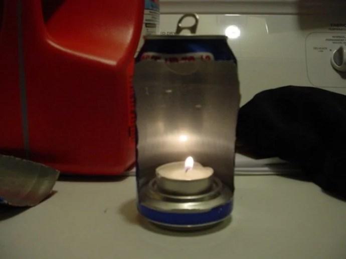 cria uma lâmpada com uma lata e uma vela