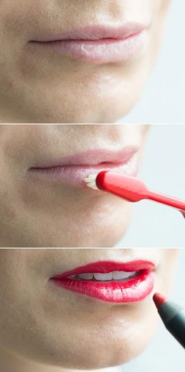 escova de dentes esfoliar os lábios de uma mulher