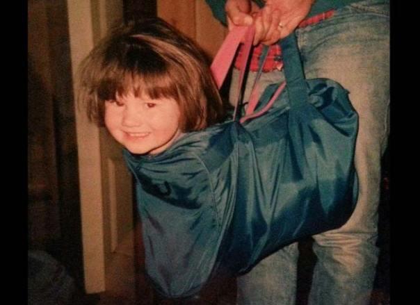 niño dentro de una pequeña maleta